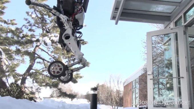 Робот-грузчик на колесах (видео)
