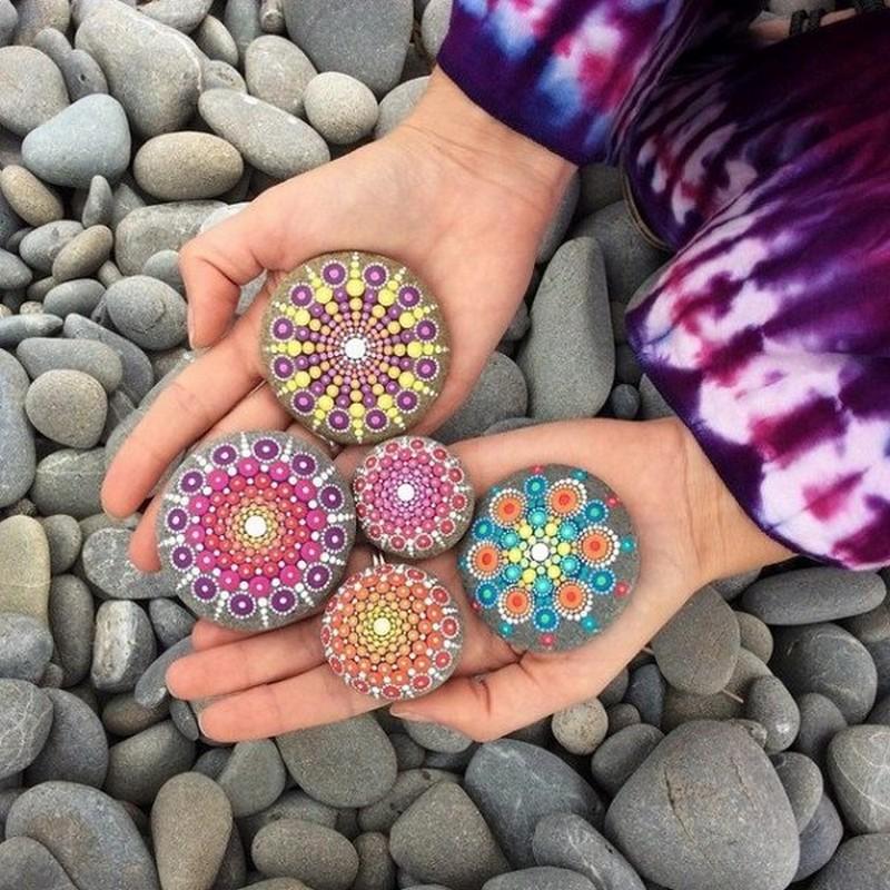 Расписные камни в саду-оригинальный декор