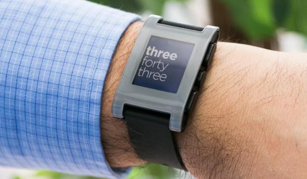 Смарт-часы Alcatel, Pebble и TomTom обзор популярных моделей – Pebble 301 на руке