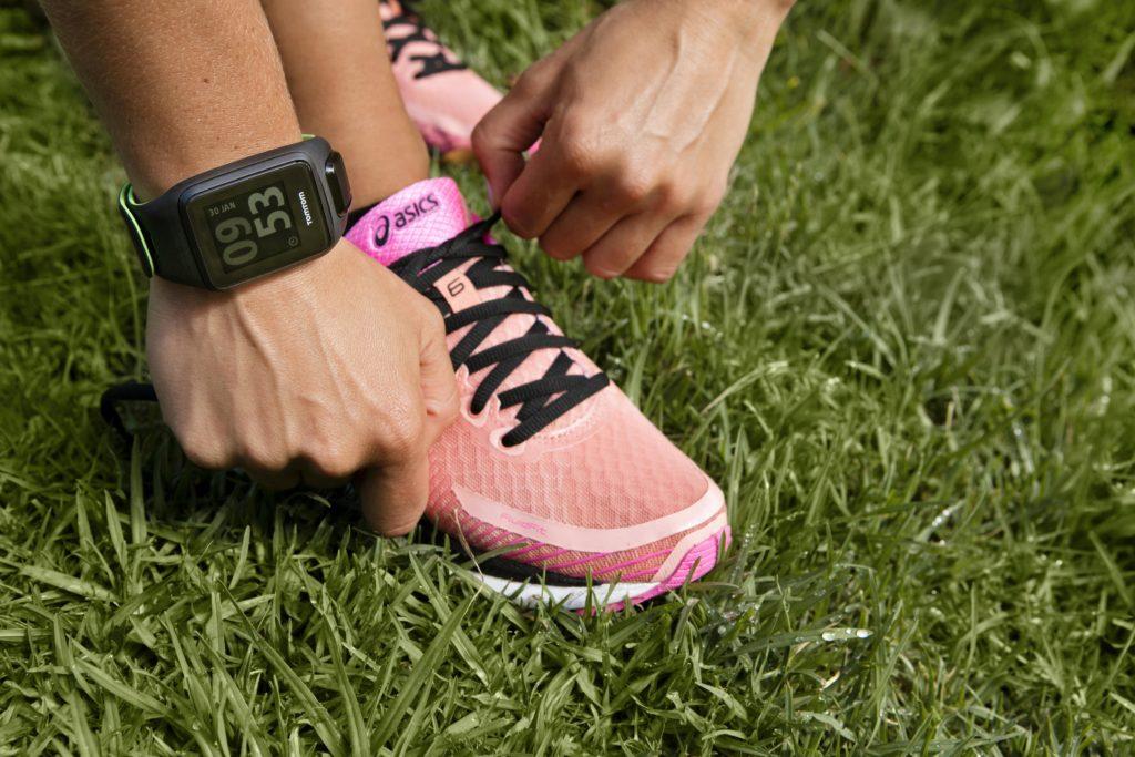 Смарт-часы Alcatel, Pebble и TomTom обзор популярных моделей – TomTom Runner 3 на руке
