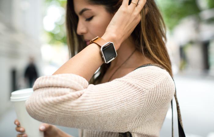 Как выбрать смарт-часы особенности, советы, нюансы – Fitbit Blaze на руке