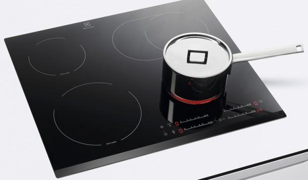 Топ-10 лучших варочных поверхностей — рейтинг Алло – Electrolux EHF65451FK на кухне