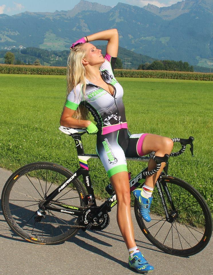 Велосипедистка