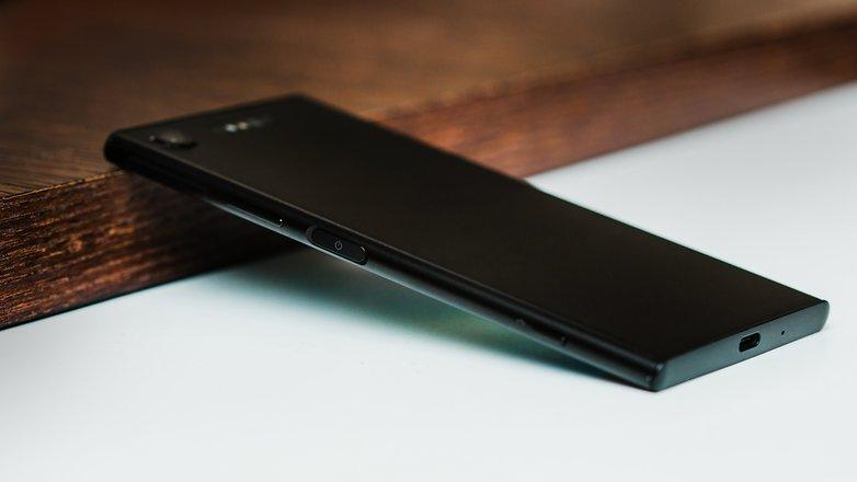 Правая грань смартфона Xparia XZ1