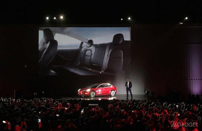 Новинки Tesla: электрогрузовик Semi и спортивный электрокар Roadster (20 фото + 2 видео)