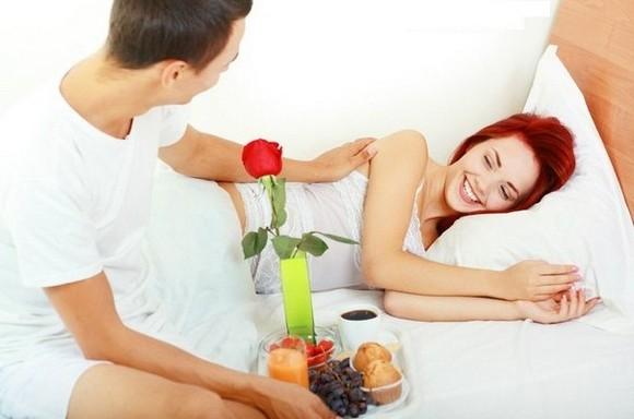 Лучшие идеи подарков для любимых в День Святого Валентина – столик для завтрака