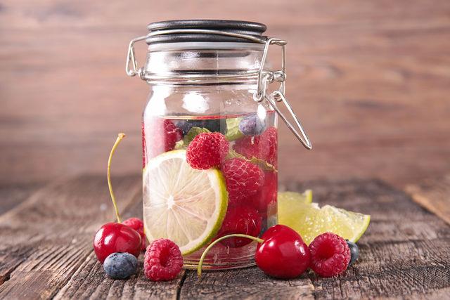 Вода с ягодами-фото