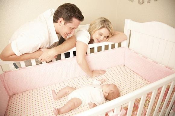 Как выбрать детскую кроватку – советы молодым родителям – Родители у детской кроватки