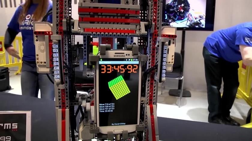 LEGO robot solve a Rubik's cube