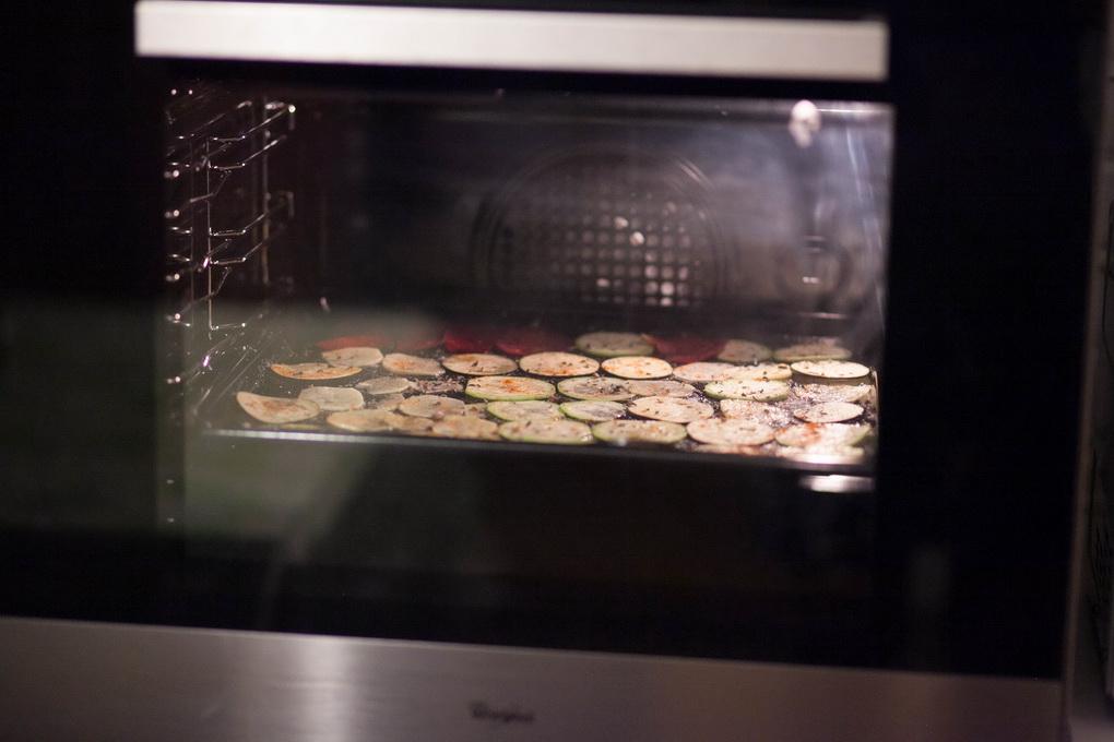 Овощные чипсы в духовом шкафу-процесс приготовления