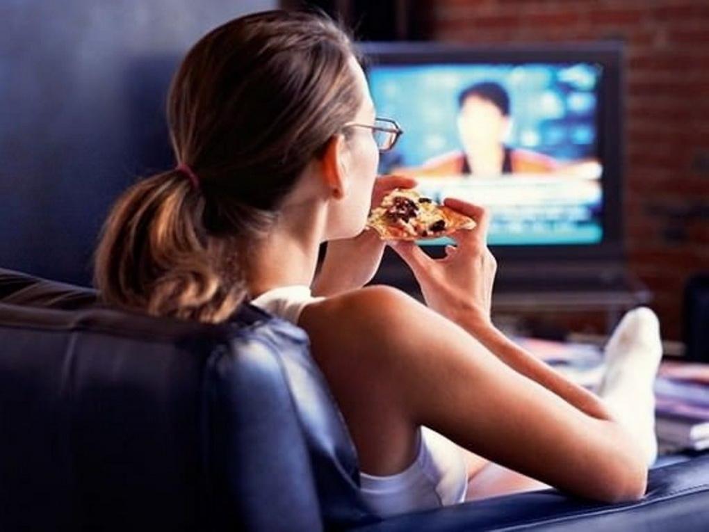 Еда перед телевизором-фото