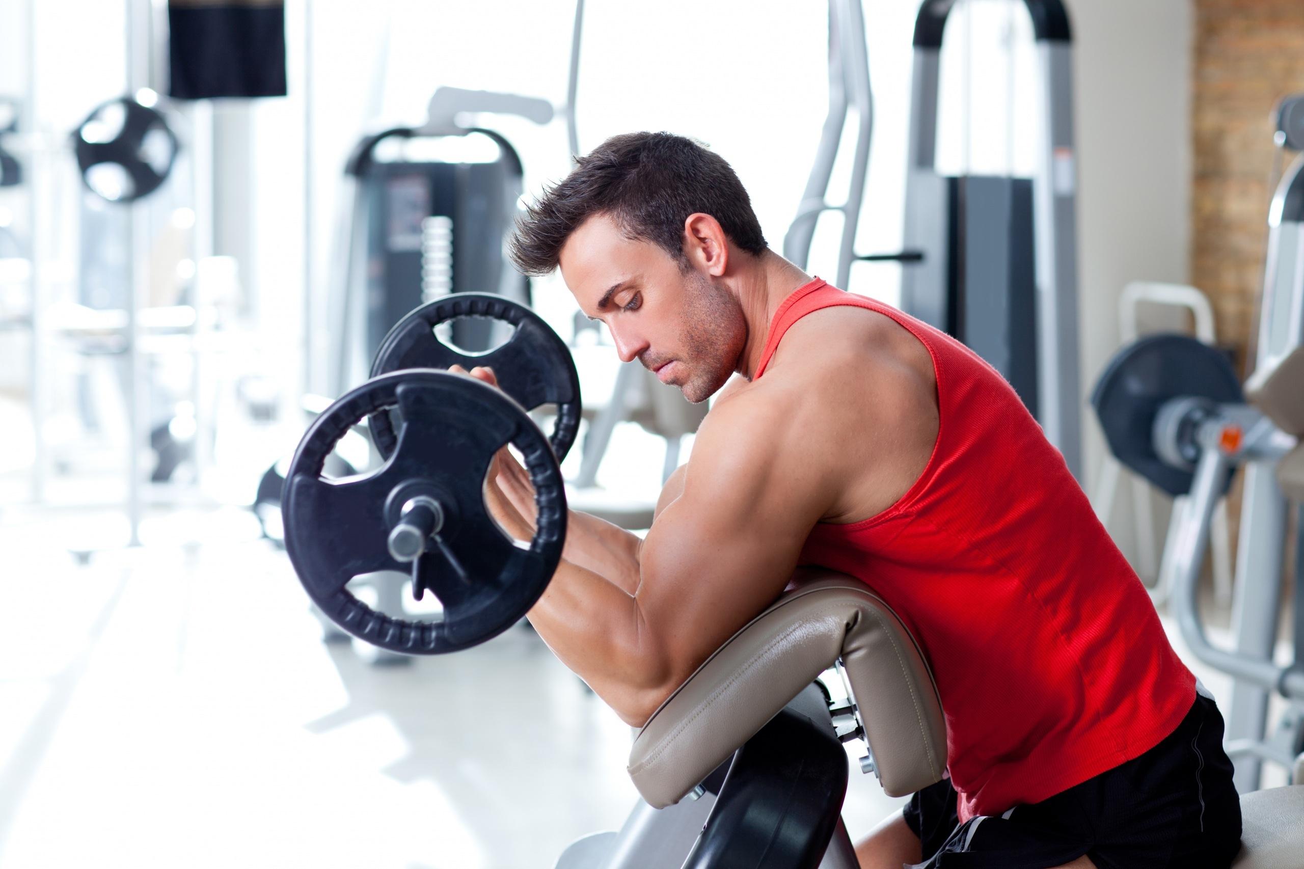 Мужская тренировка в тренажерном зале-фото