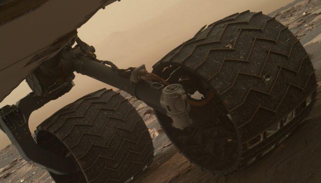 "The surface of Mars mercilessly ""kills"" wheels ""Curiosity"""