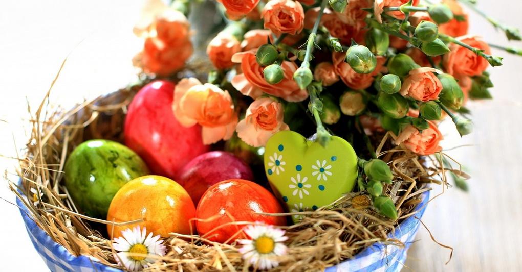 Праздничная корзинка с пасхальными яйцами
