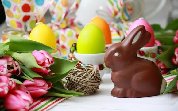 Шоколадный заяц и свечи-пасхальная инсталляция