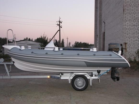 RIB-лодка, расположенная на лодочном прицепе