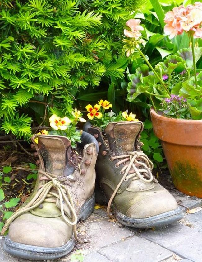 Цветы в старой обуви-креатив