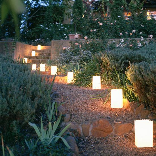 Многоярусное освещение в саду-фото