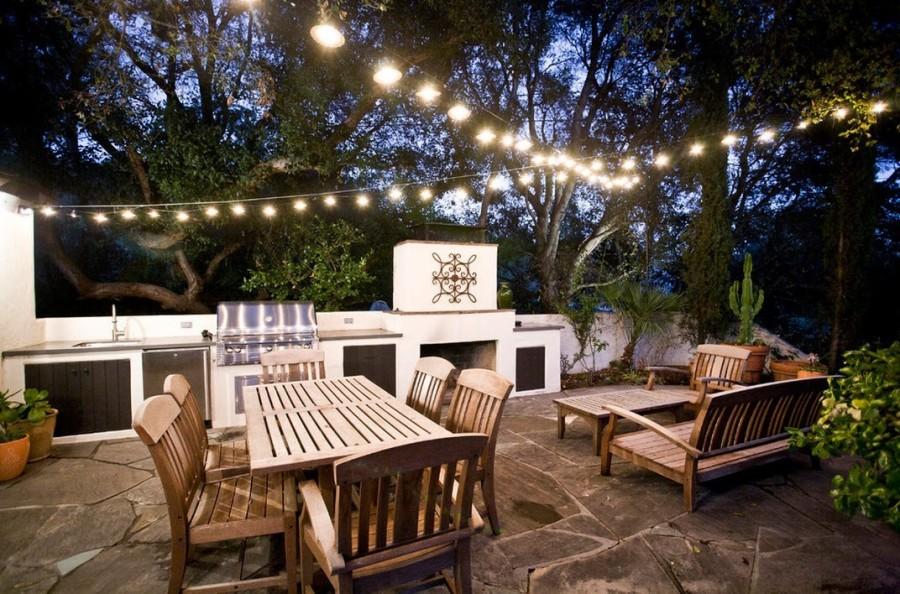 Гирлянда в саду-праздничное освещение