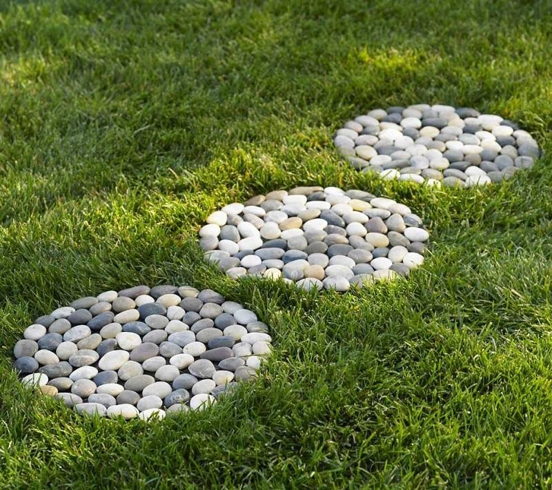 Фигуры из гальки-декор газона