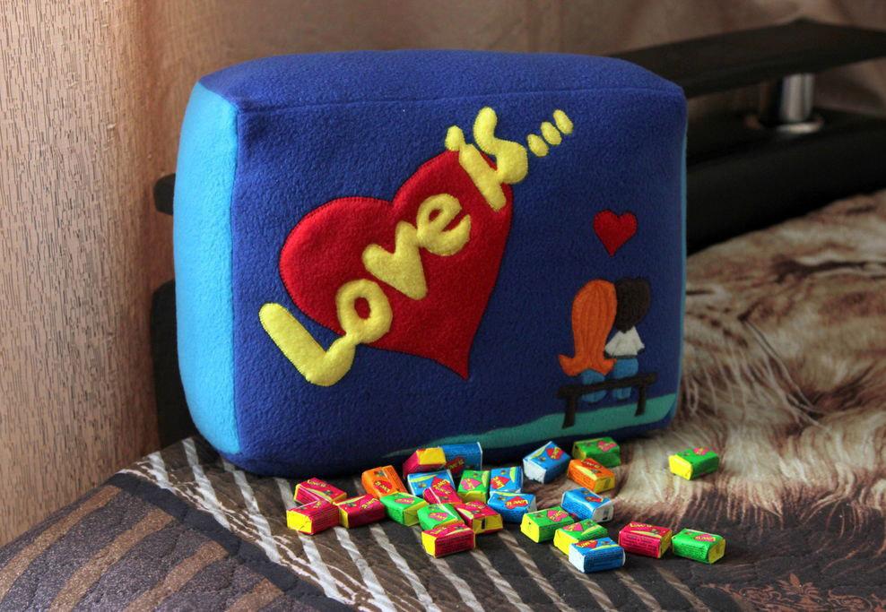 Love is-подушка