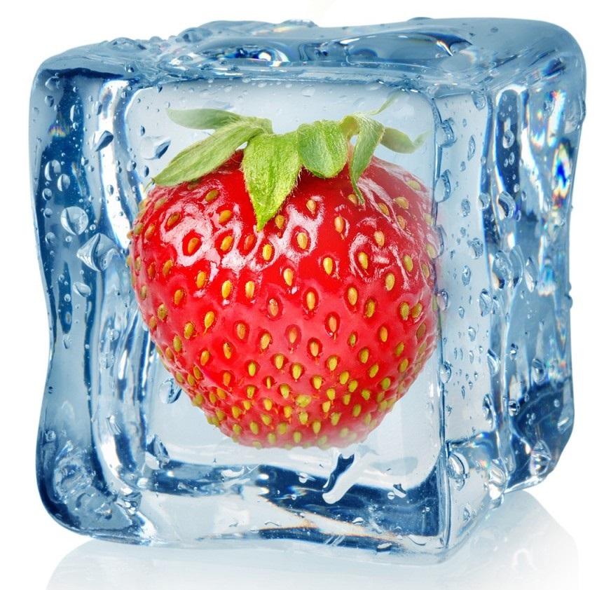 Замороженная во льду клубника