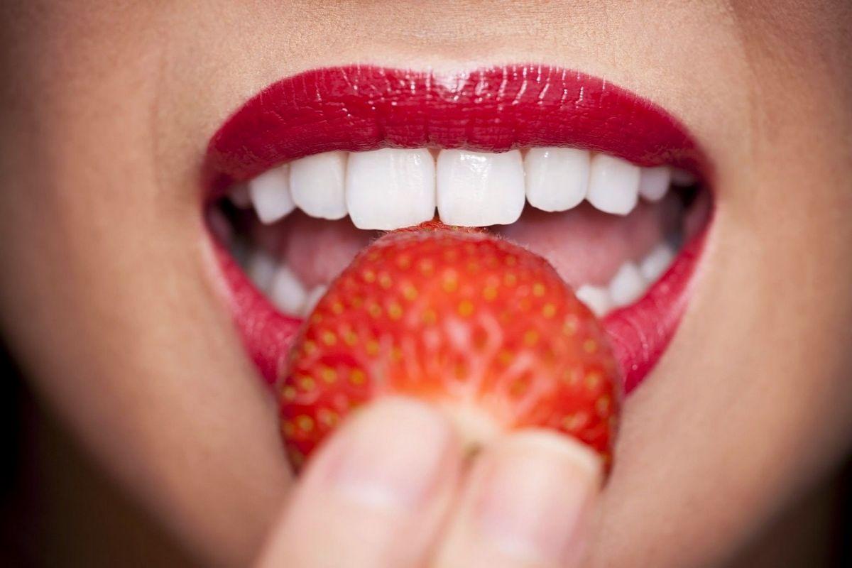 Клубника сделает ваши зубы белее