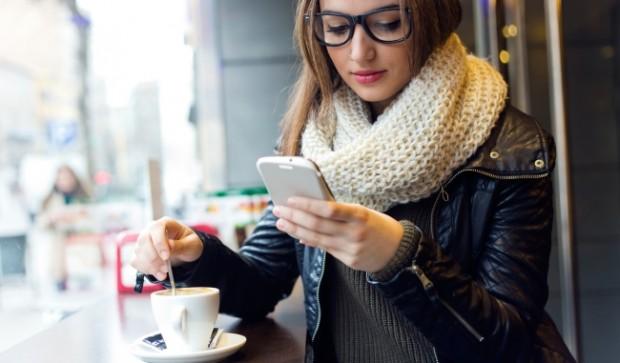 Топ-50 лучших приложений для современных леди – Девушка в кафе