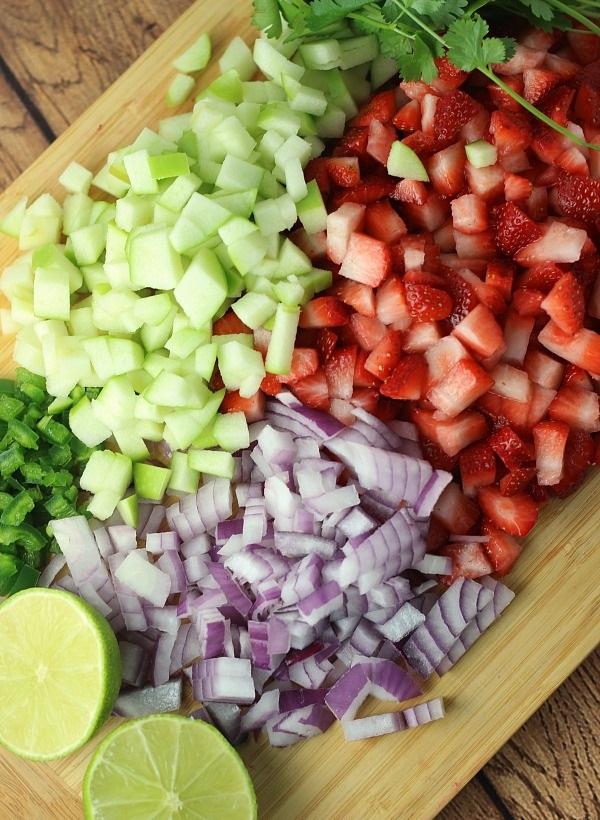 Подготовленные ингредиенты для клубничной сальсы