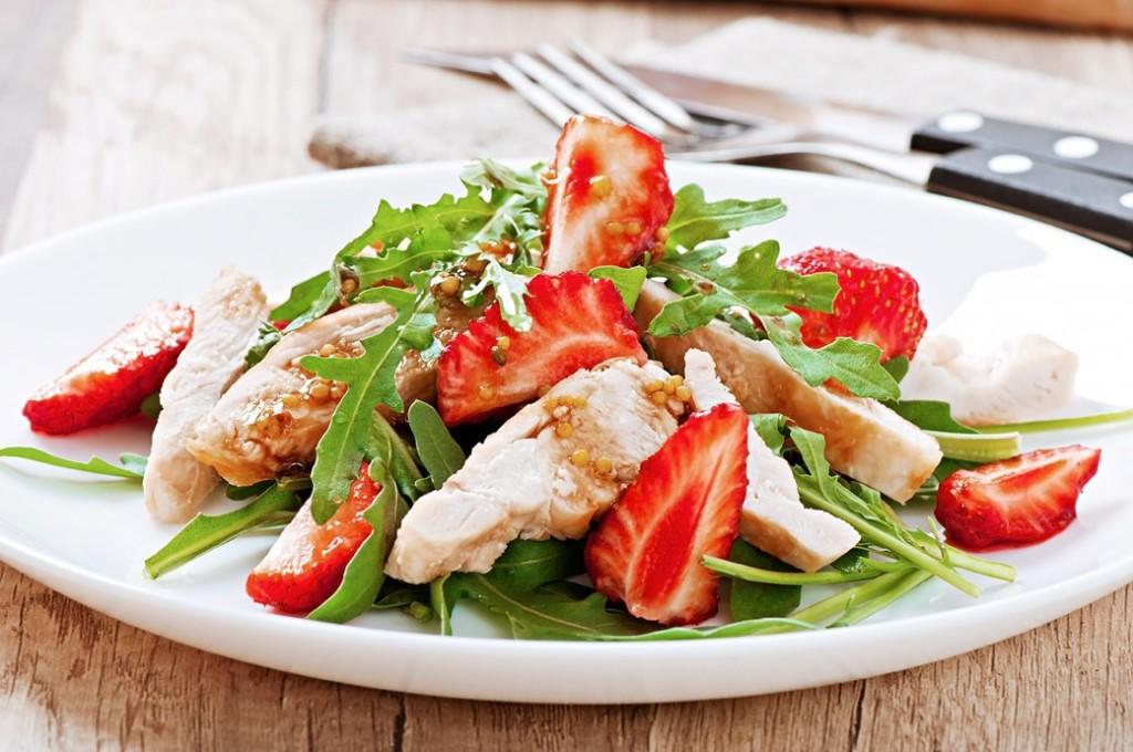 Клубничный салат из клубники и руколы