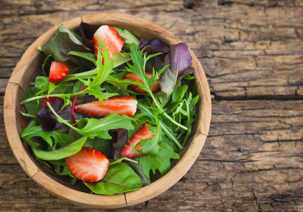 Салат из клубники с рукколой