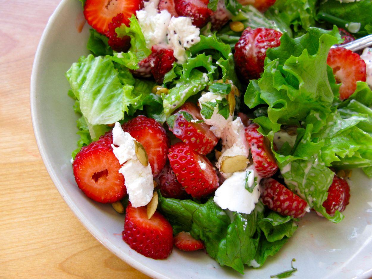 Клубничный салат с фетой и листьями салата