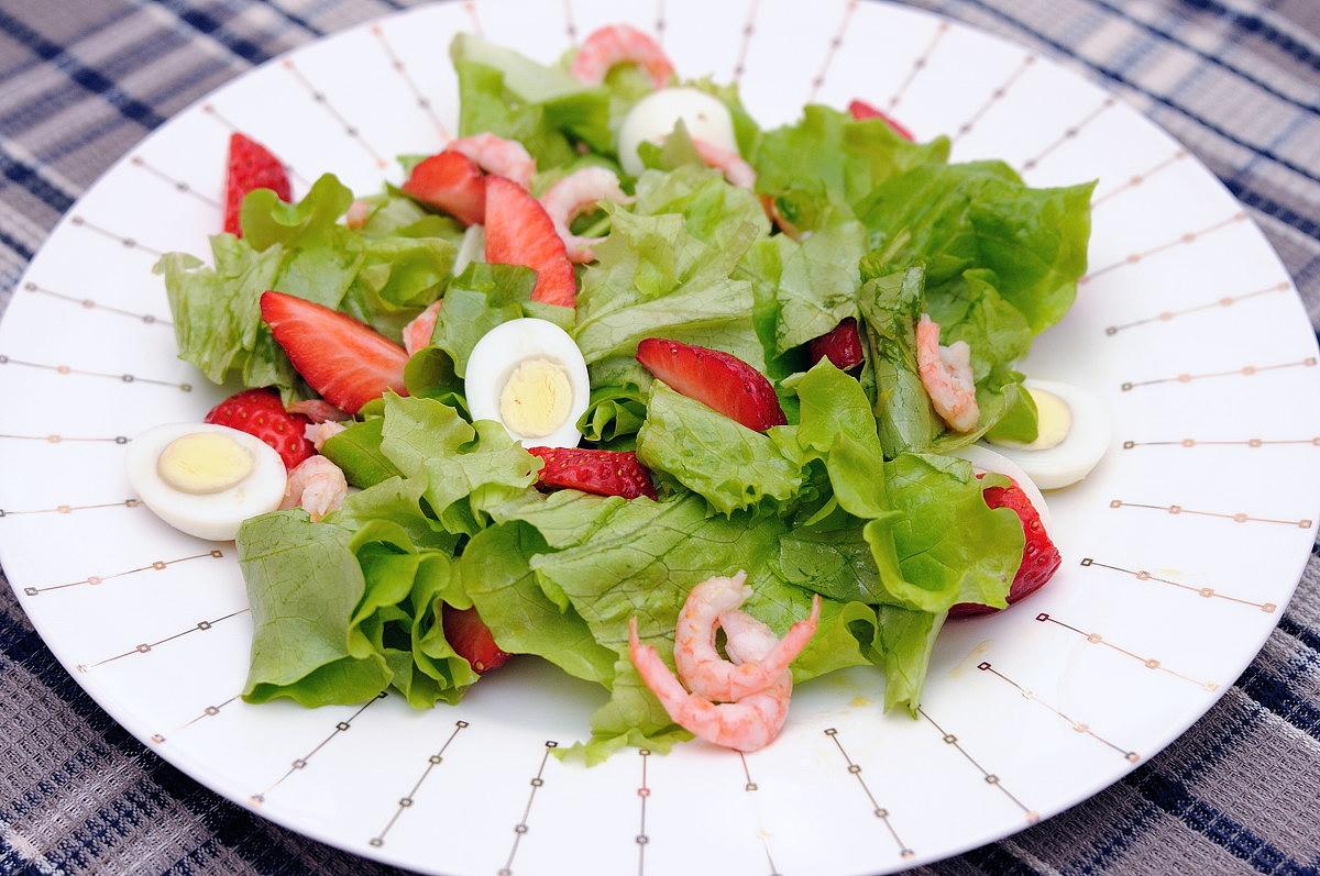 Фитнес-салат с креветками и клубникой