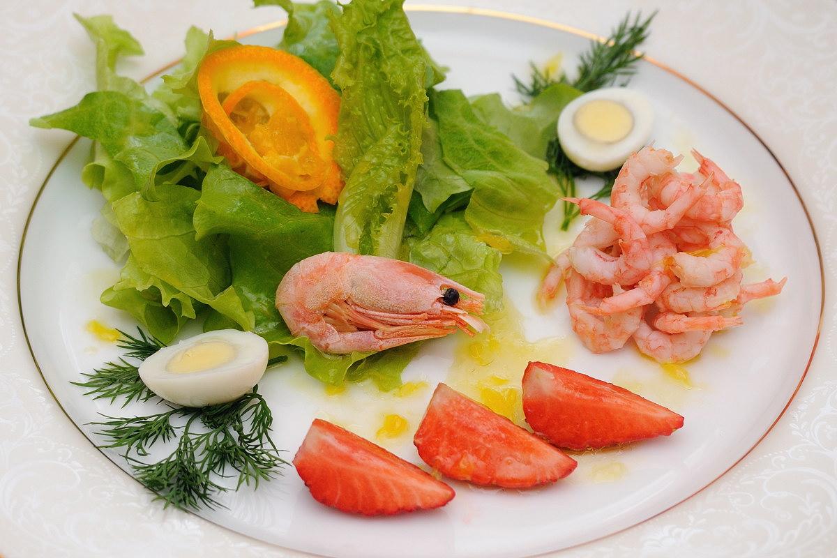 Фитнес-салат с креветками и клубникой 1