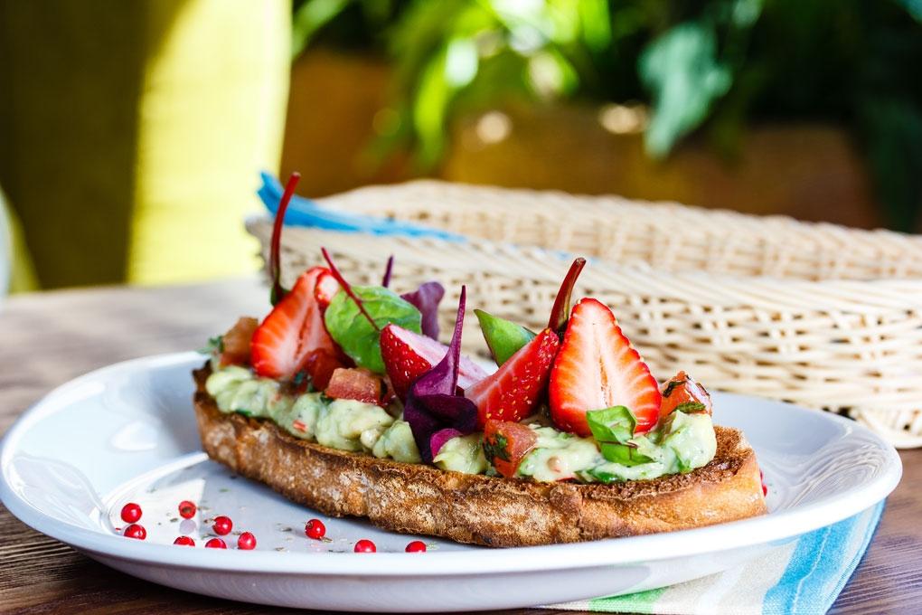 Клубничные тосты с гуакамоле