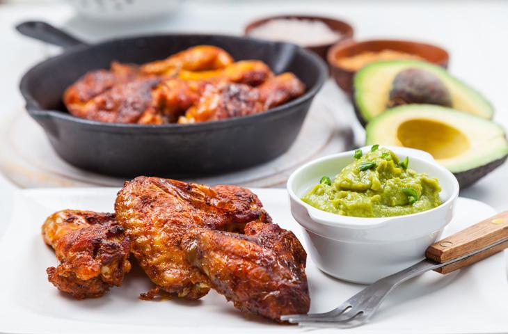 Жареная курица с соусом гуакамоле