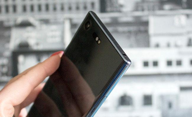 Sony Xperia XZ Premium-смартфон в руке эргономичность фото 2