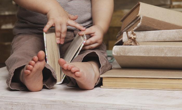 Читающий ребенок-чтение с пеленок