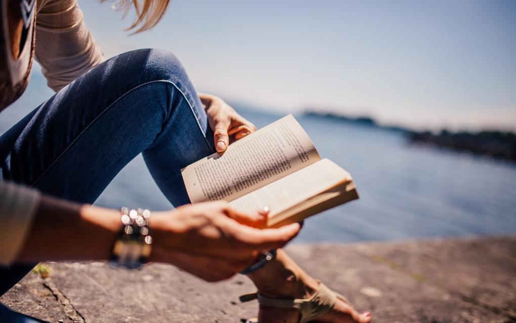 Чтение у моря-фото