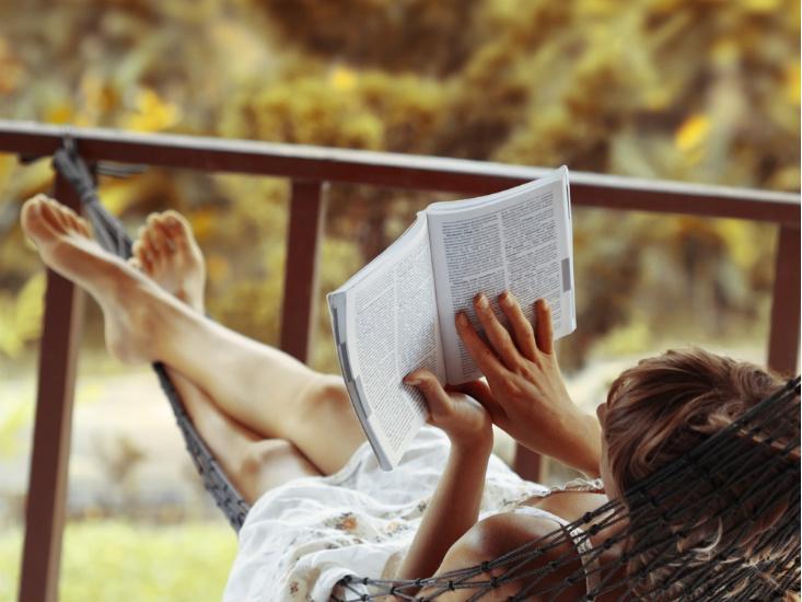 Чтение в гамаке-летний досуг