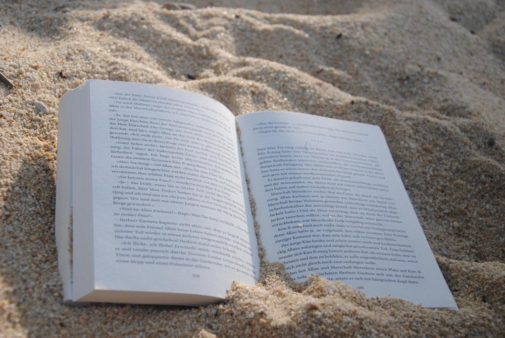 Книга в песке-чтение летом