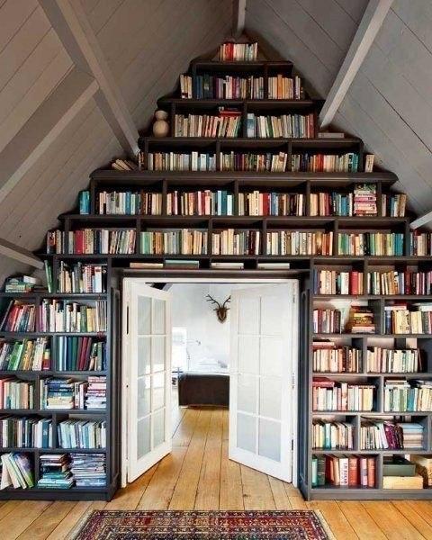Стеллаж-много книг