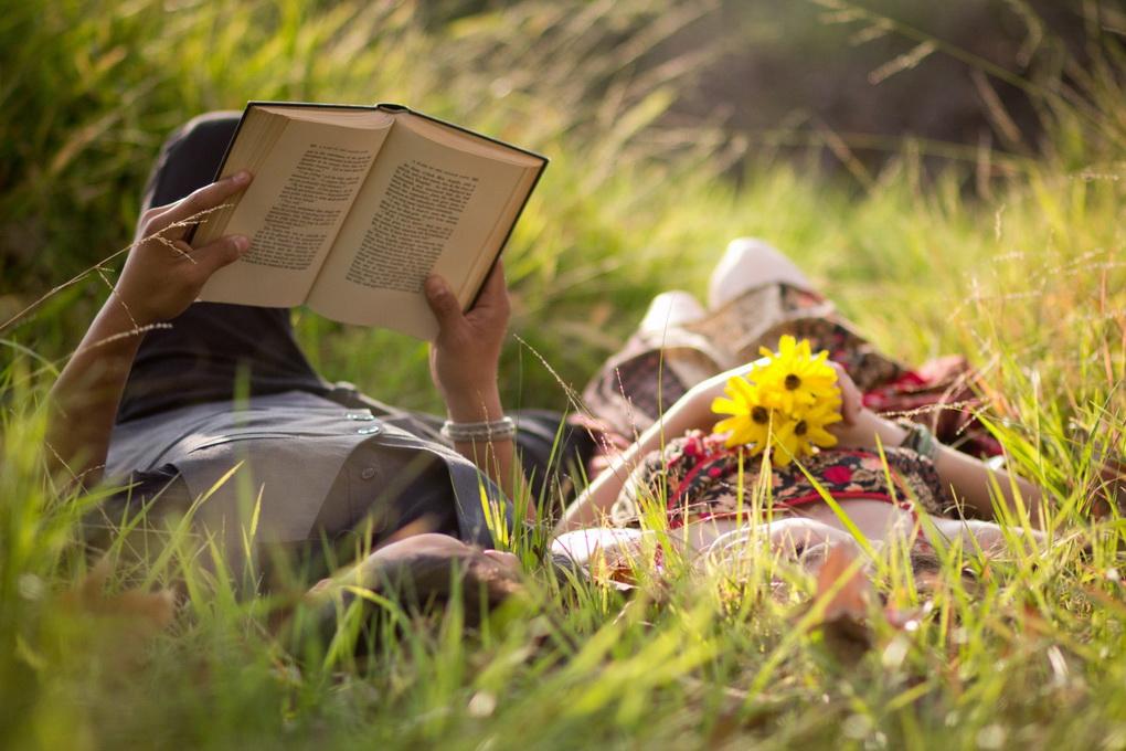 Чтение в траве-досуг для двоих