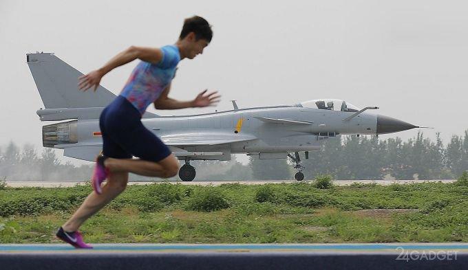 Chinese athlete overtook combat fighter (video)