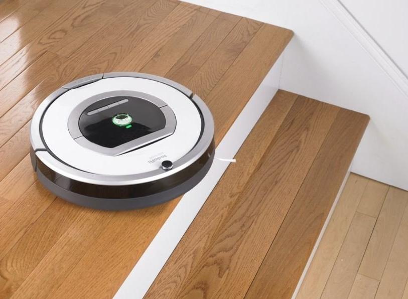 Робот-пылесос — верный помощник по уборке – Робот-пылесос перед лестницей