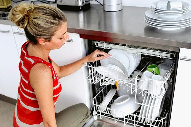 Стиль и удобство частично встраиваемая посудомоечная машина – Закладка посуды в посудомойку